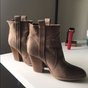 CUTE & COMFY Brown Booties!!